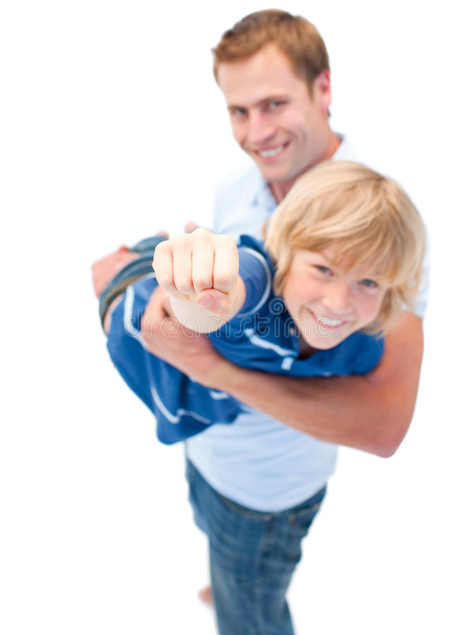 Όμορφος πατέρας που φέρνει το γιο του στοκ φωτογραφίες με δικαίωμα ελεύθερης χρήσης