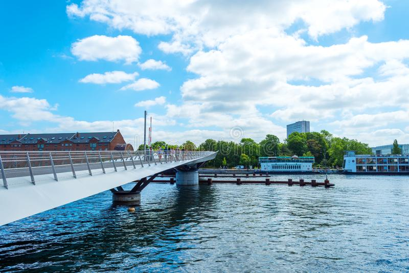 Όμορφος πεζός, γέφυρα ποδηλάτων πέρα από το κανάλι Δανία Κοπεγχάγη Αρχιτεκτονική Θέες στοκ φωτογραφίες