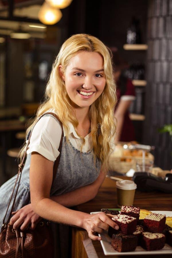 Όμορφος πελάτης που επιλέγει τα κέικ στοκ φωτογραφίες με δικαίωμα ελεύθερης χρήσης