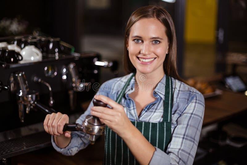 Όμορφος πιέζοντας καφές barista για τη μηχανή καφέ στοκ εικόνες με δικαίωμα ελεύθερης χρήσης