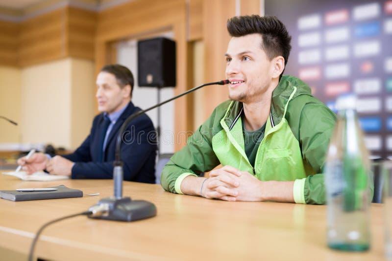 Όμορφος ποδοσφαιριστής στη συνέντευξη τύπου στοκ φωτογραφίες