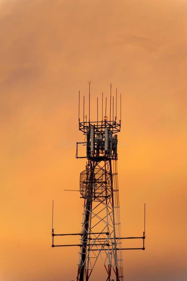 Όμορφος πορτοκαλής ουρανός πίσω από τη σκιαγραφία ενός πύργου ραδιοεπικοινωνιών στοκ φωτογραφίες με δικαίωμα ελεύθερης χρήσης