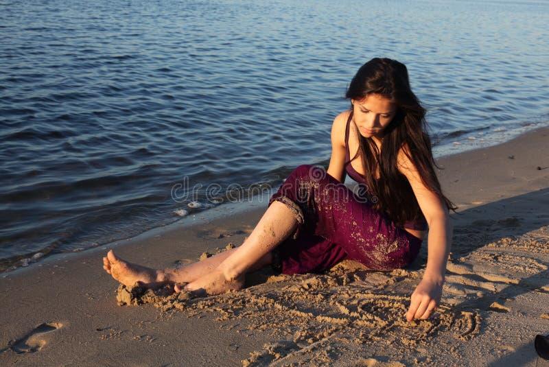 όμορφος ποταμός κοριτσιώ&nu στοκ φωτογραφίες με δικαίωμα ελεύθερης χρήσης