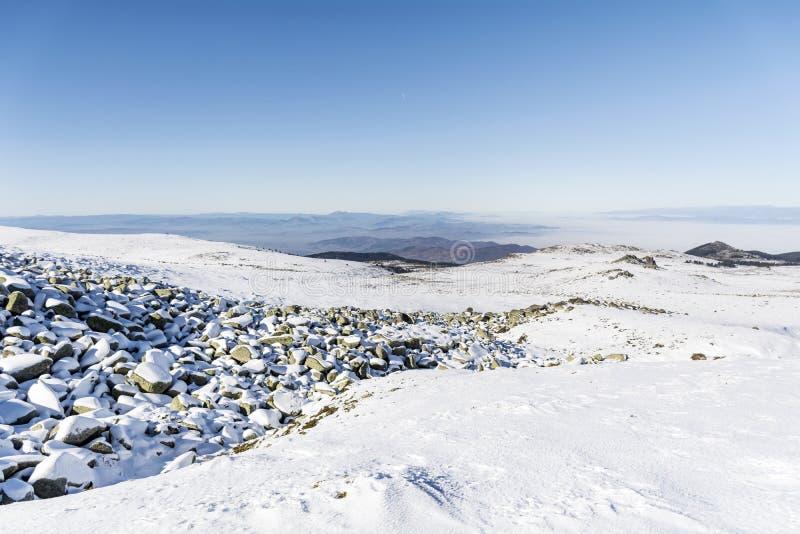 Όμορφος ποταμός πετρών στο χειμερινό βουνό - Vitosha, Βουλγαρία στοκ εικόνα με δικαίωμα ελεύθερης χρήσης