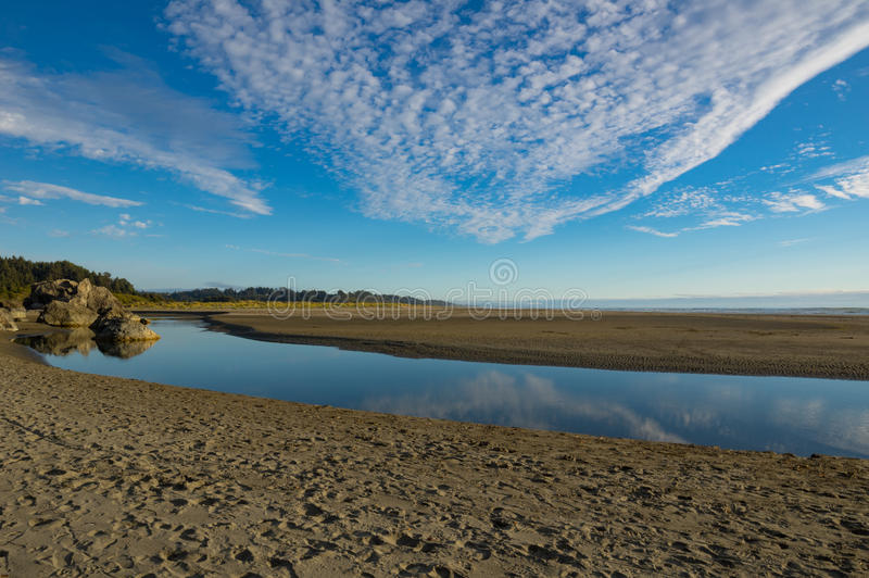 Όμορφος ποταμός στην άμμο με την αντανάκλαση σύννεφων στοκ φωτογραφίες με δικαίωμα ελεύθερης χρήσης