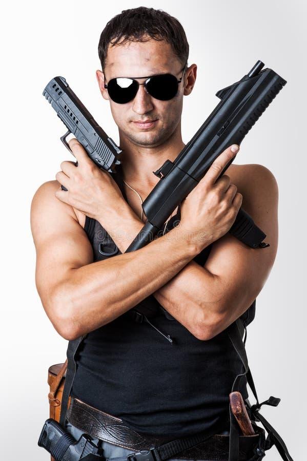 Όμορφος προκλητικός στρατιωτικός με τα πυροβόλα όπλα στοκ εικόνα
