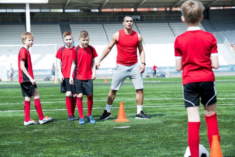 Όμορφος προπονητής ποδοσφαίρου που δίνει τις οδηγίες στοκ εικόνες