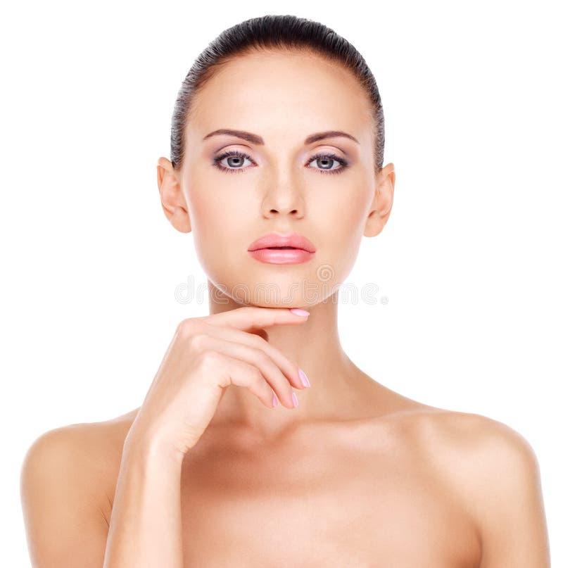 Όμορφος  πρόσωπο της νέας όμορφης γυναίκας με το φρέσκο δέρμα στοκ φωτογραφία με δικαίωμα ελεύθερης χρήσης