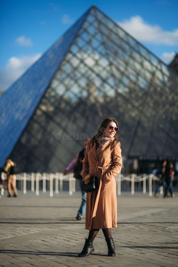 Όμορφος πρότυπος περίπατος στο κέντρο της πόλης Η μόδα madel θέτει στο φωτογράφο στοκ φωτογραφία