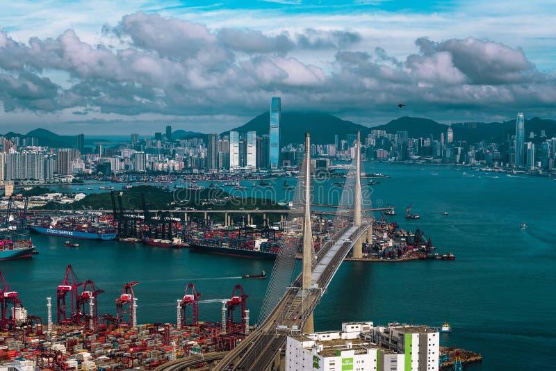 Όμορφος πυροβολισμός μιας αστικής σύγχρονης αρχιτεκτονικής πόλεων με το συναρπαστικό ουρανό και μια λίμνη στοκ εικόνες με δικαίωμα ελεύθερης χρήσης