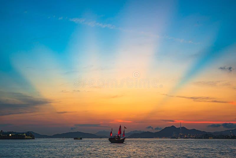 Όμορφος πυροβολισμός μιας μεγάλης βάρκας στο νερό με μια καταπληκτική ανατολή στο υπόβαθρο στοκ εικόνες με δικαίωμα ελεύθερης χρήσης