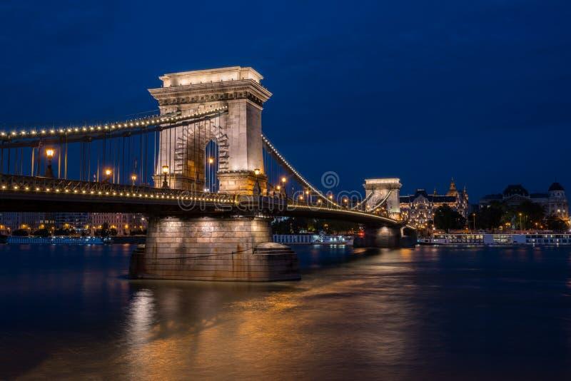 Όμορφος πυροβολισμός νύχτας της φωτισμένης γέφυρας αλυσίδων στη Βουδαπέστη πέρα από τον ποταμό Δούναβη στην Ουγγαρία στοκ φωτογραφίες με δικαίωμα ελεύθερης χρήσης