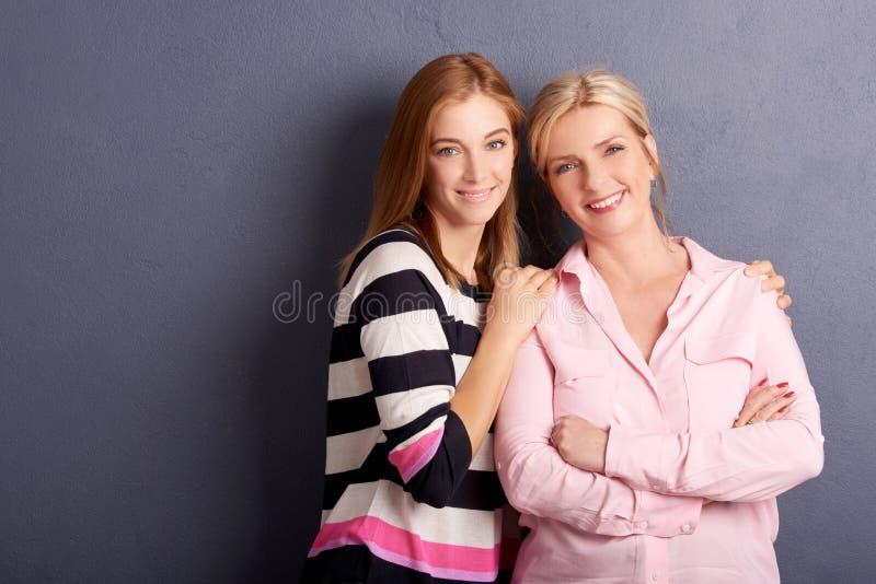 Όμορφος πυροβολισμός στούντιο μητέρων και κορών στοκ φωτογραφία