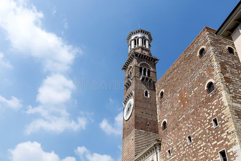 Όμορφος πύργος Lamberti, πλατεία delle Erbe, Βερόνα, Ιταλία στοκ φωτογραφία με δικαίωμα ελεύθερης χρήσης