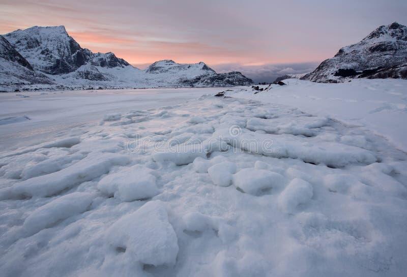 Όμορφος ραγίζοντας πάγος τοπίων, παγωμένη παραλία με το υπόβαθρο κορυ στοκ εικόνες