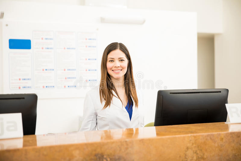 Όμορφος ρεσεψιονίστ σε μια κλινική στοκ φωτογραφίες με δικαίωμα ελεύθερης χρήσης