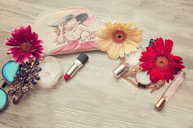 Όμορφος ρομαντικός σε ένα στεφάνι των λουλουδιών που θέτουν σε ένα υπόβαθρο των τριαντάφυλλων Έμπνευση της άνοιξης και του καλοκα στοκ εικόνες με δικαίωμα ελεύθερης χρήσης