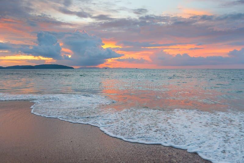 Όμορφος ρόδινος ουρανός με τα σύννεφα σωρειτών κατά τη διάρκεια του ηλιοβασιλέματος άνω του SE στοκ φωτογραφίες