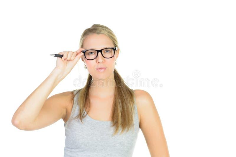 όμορφος σπουδαστής στα γυαλιά που γράφει στον τοίχο στοκ εικόνα με δικαίωμα ελεύθερης χρήσης