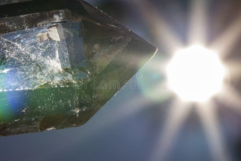 Όμορφος στενός επάνω κρυστάλλου χαλαζία με το φωτεινό ήλιο στο υπόβαθρο στοκ εικόνες