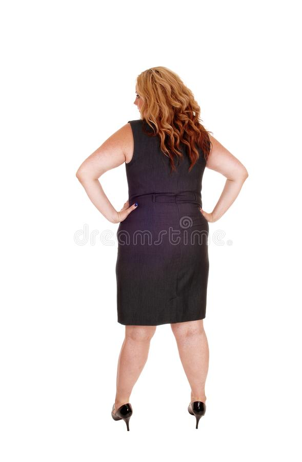 Όμορφος συν τη μεγέθους στάση γυναικών σε ένα μαύρο φόρεμα στοκ φωτογραφία με δικαίωμα ελεύθερης χρήσης