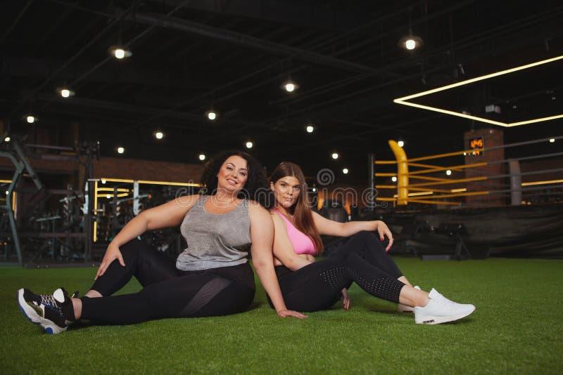 Όμορφος συν τις φιλάθλους μεγέθους που ασκούν στη γυμναστική από κοινού στοκ φωτογραφίες με δικαίωμα ελεύθερης χρήσης