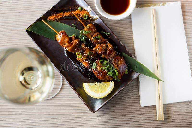 Όμορφος το yakitori που εξυπηρετείται στοκ φωτογραφία