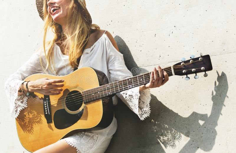 Όμορφος τραγουδοποιός τραγουδιστών με την κιθάρα της στοκ φωτογραφία