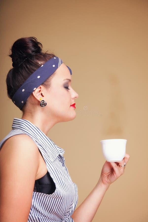Όμορφος τσάι ή καφές κατανάλωσης κοριτσιών. στοκ εικόνες με δικαίωμα ελεύθερης χρήσης