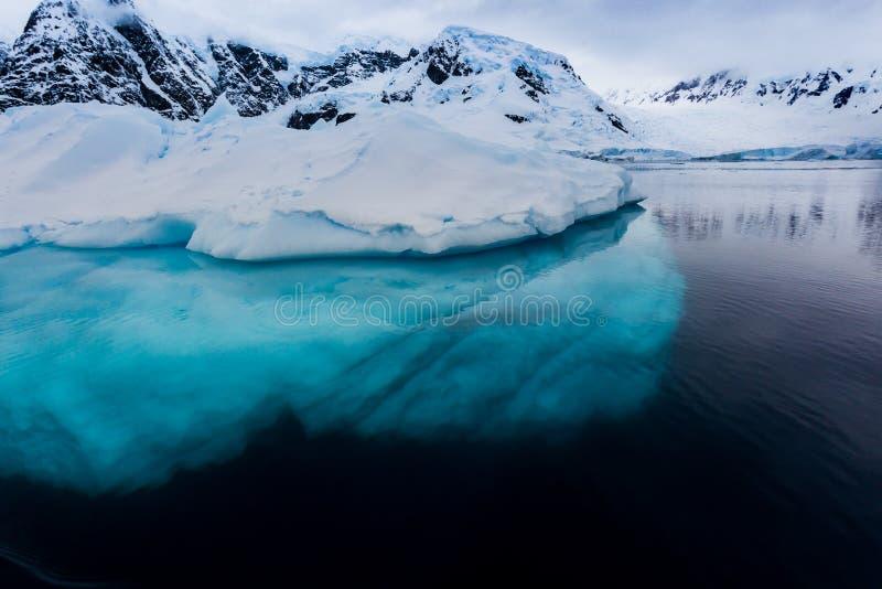 Όμορφος τυρκουάζ πάγος κάτω από τον παγετώνα επιφάνειας στην Ανταρκτική στοκ εικόνες με δικαίωμα ελεύθερης χρήσης