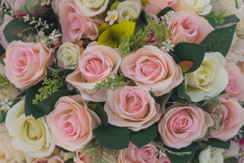 Όμορφος των τεχνητών λουλουδιών τριαντάφυλλων στο λευκό και το ροζ στοκ φωτογραφία με δικαίωμα ελεύθερης χρήσης