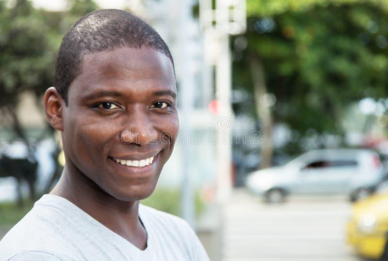 Όμορφος τύπος αφροαμερικάνων υπαίθριος στοκ εικόνες