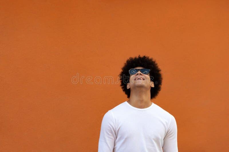 Όμορφος τύπος με τα γυαλιά ηλίου στοκ εικόνα