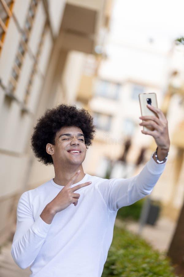 Όμορφος τύπος που εξετάζει τον κινητό στοκ εικόνα