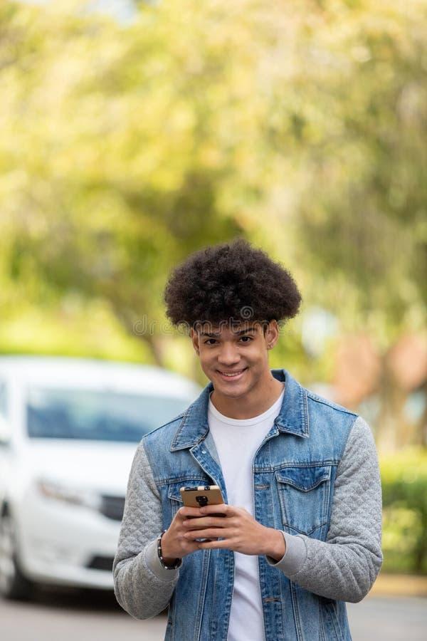Όμορφος τύπος που εξετάζει τον κινητό στοκ εικόνες