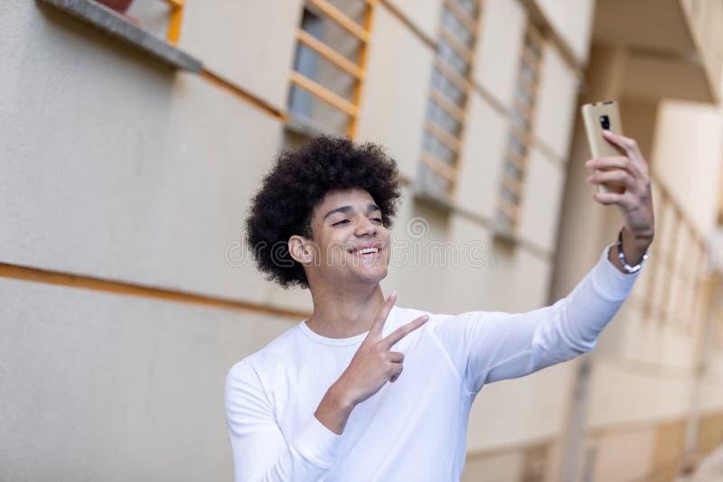 Όμορφος τύπος που εξετάζει τον κινητό στοκ εικόνες με δικαίωμα ελεύθερης χρήσης