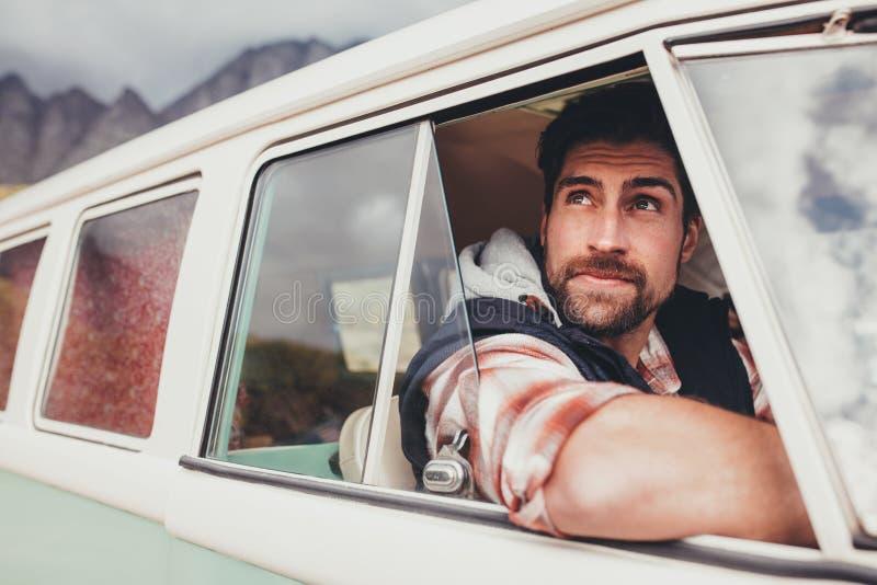 Όμορφος τύπος που οδηγεί έναν minivan στοκ φωτογραφίες με δικαίωμα ελεύθερης χρήσης