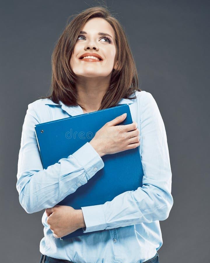 Όμορφος φάκελλος εγγράφου γραφείων λαβής κοριτσιών σπουδαστών χαμόγελου στοκ φωτογραφία με δικαίωμα ελεύθερης χρήσης