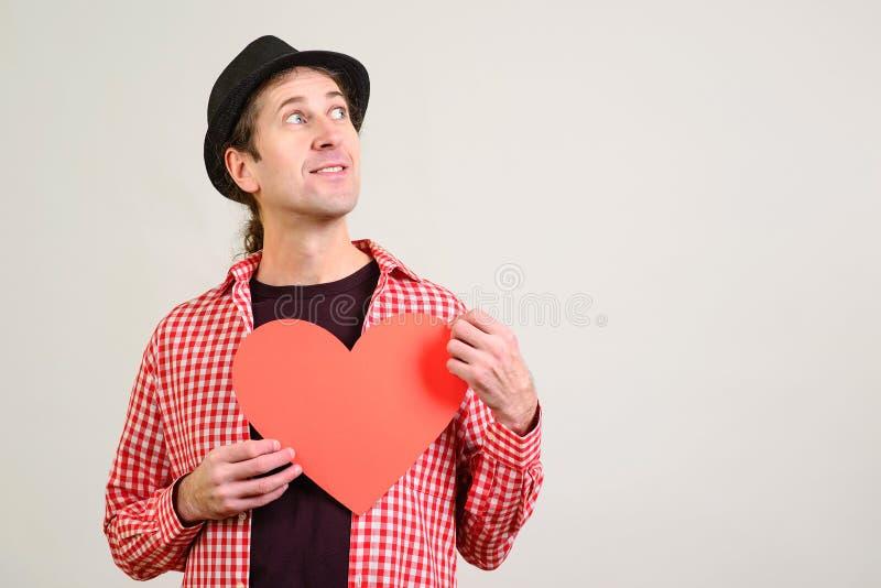 Όμορφος φίλος με την κόκκινη καρδιά εγγράφου Άτομο που σκέφτεται για τη φίλη του Άτομο ερωτευμένο ευτυχής βαλεντίνος ημέρα δ στοκ φωτογραφίες