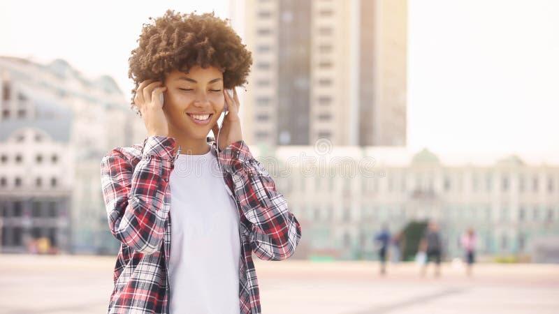 Όμορφος φίλος της μουσικής που απολαμβάνει τον ήχο στα ακουστικά με τι στοκ εικόνα με δικαίωμα ελεύθερης χρήσης