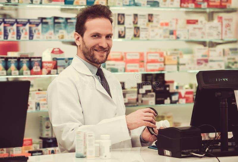 Όμορφος φαρμακοποιός στην εργασία στοκ εικόνα