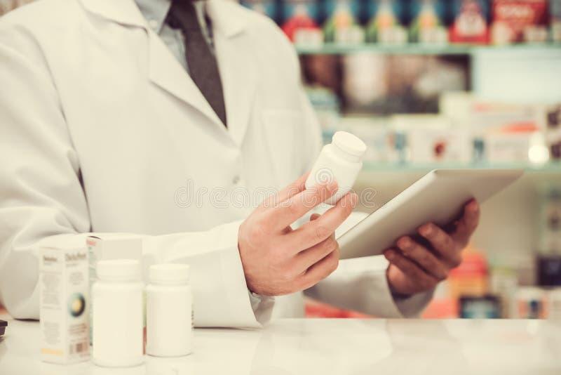 Όμορφος φαρμακοποιός στην εργασία στοκ φωτογραφία