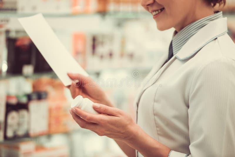 Όμορφος φαρμακοποιός στην εργασία στοκ εικόνες