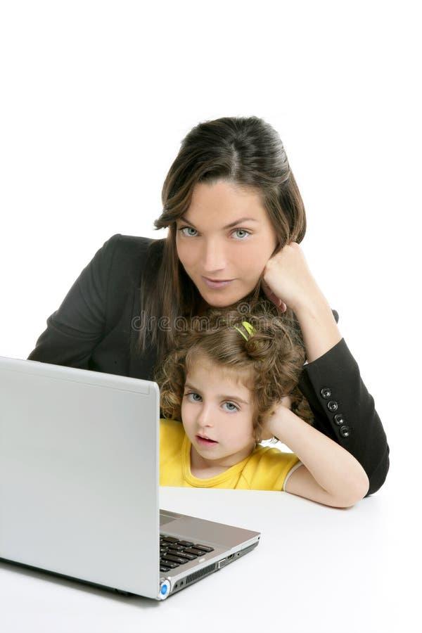 Όμορφος φορητός προσωπικός υπολογιστής μητέρων και κορών στοκ φωτογραφίες με δικαίωμα ελεύθερης χρήσης