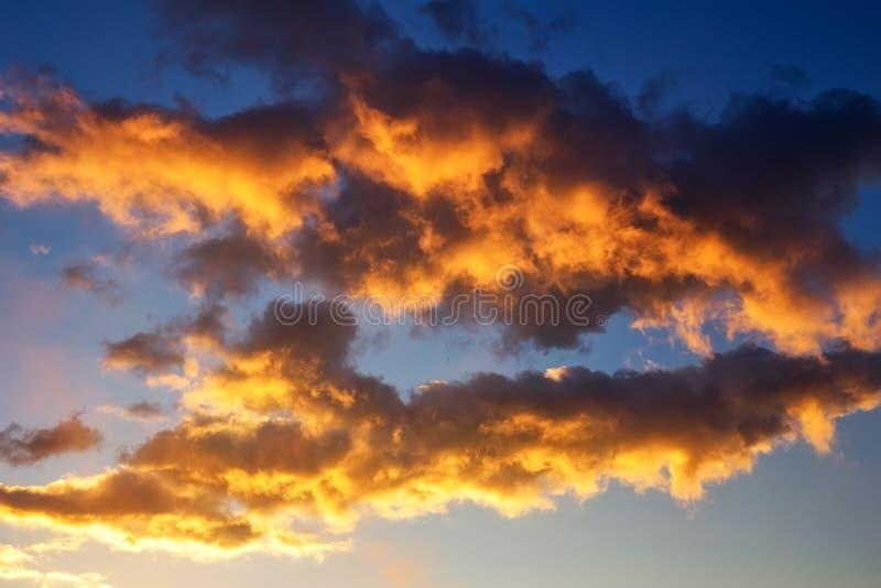 Όμορφος φωτεινός ζωηρόχρωμος ουρανός όμορφο νεφελώδες ηλιοβασίλεμα ουρανού εικόνων που λαμβάνεται στοκ εικόνες