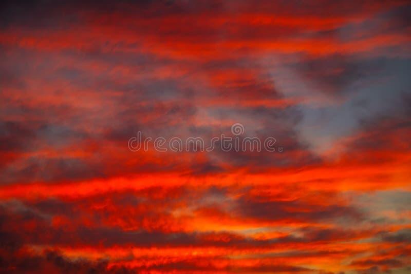 Όμορφος φωτεινός ζωηρόχρωμος ουρανός όμορφο νεφελώδες ηλιοβασίλεμα ουρανού εικόνων που λαμβάνεται στοκ φωτογραφία