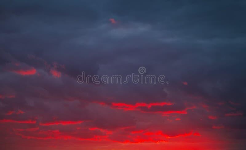 Όμορφος φωτεινός ζωηρόχρωμος ουρανός όμορφο νεφελώδες ηλιοβασίλεμα ουρανού εικόνων που λαμβάνεται στοκ φωτογραφία με δικαίωμα ελεύθερης χρήσης