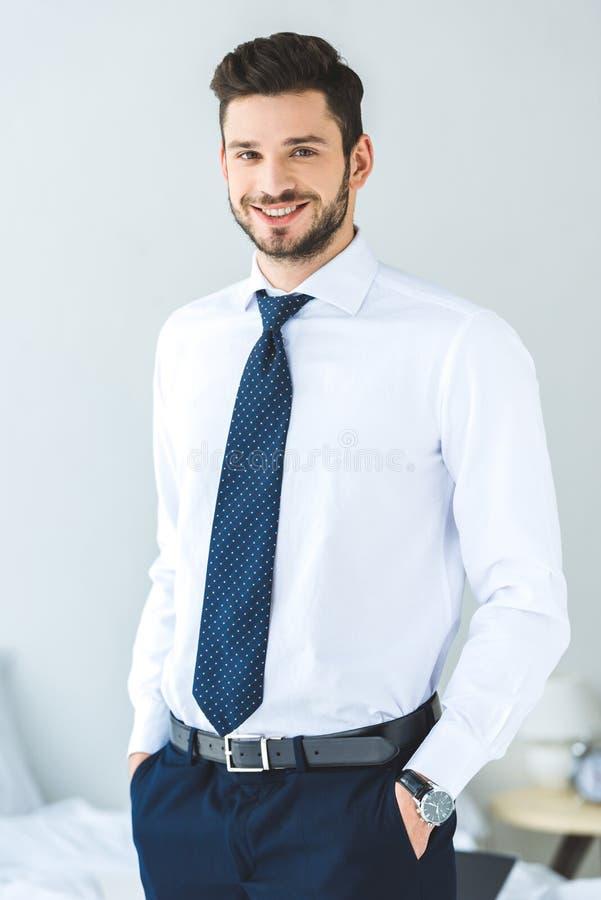 όμορφος χαμογελώντας επιχειρηματίας στο άσπρο πουκάμισο στοκ εικόνα με δικαίωμα ελεύθερης χρήσης