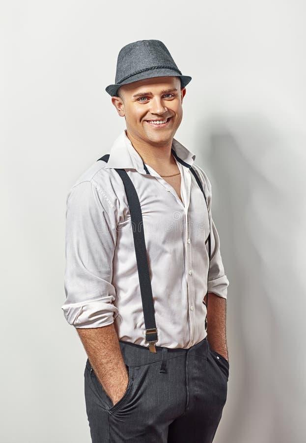 Όμορφος χαμογελώντας νεαρός άνδρας στο καπέλο και suspenders στοκ φωτογραφίες με δικαίωμα ελεύθερης χρήσης