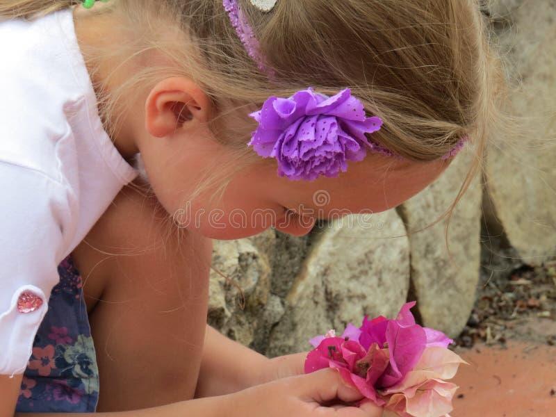 Όμορφος χαμογελώντας ονειροπόλος κοριτσιών στοκ εικόνα